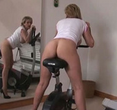 Mature gets horny in her home gym