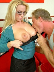Xxx tits - Huge 38DD IRS representant Holly - XXX Dessert - Picture 4